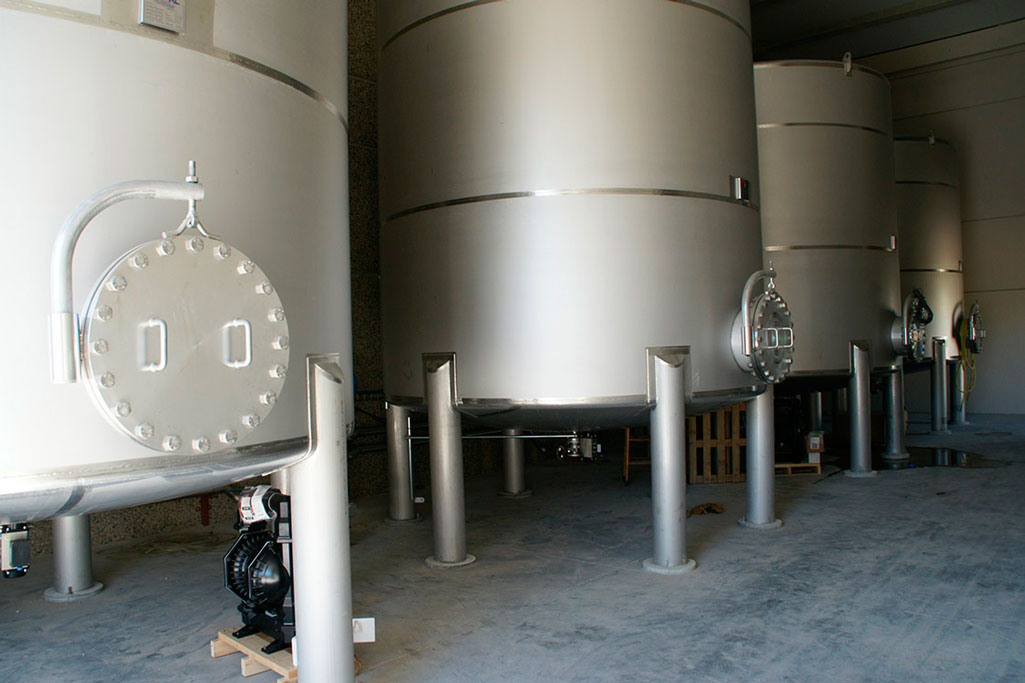 Tanques de almacenamiento de materias primas. - Foto 2