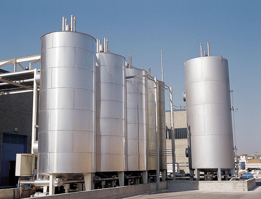Tanques de almacenamiento de materias primas. - Foto 1